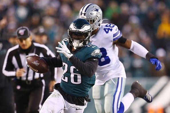Eagles RB Miles Sanders eludes a Cowboys defender.