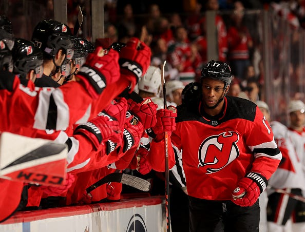 Wayne Simmonds celebrates a goal with his Devils teammates.