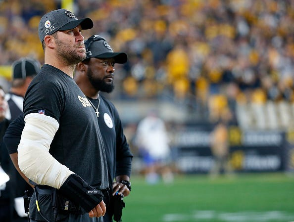 Ben Roethlisberger watches the Steelers alongside head coach Mike Tomlin.