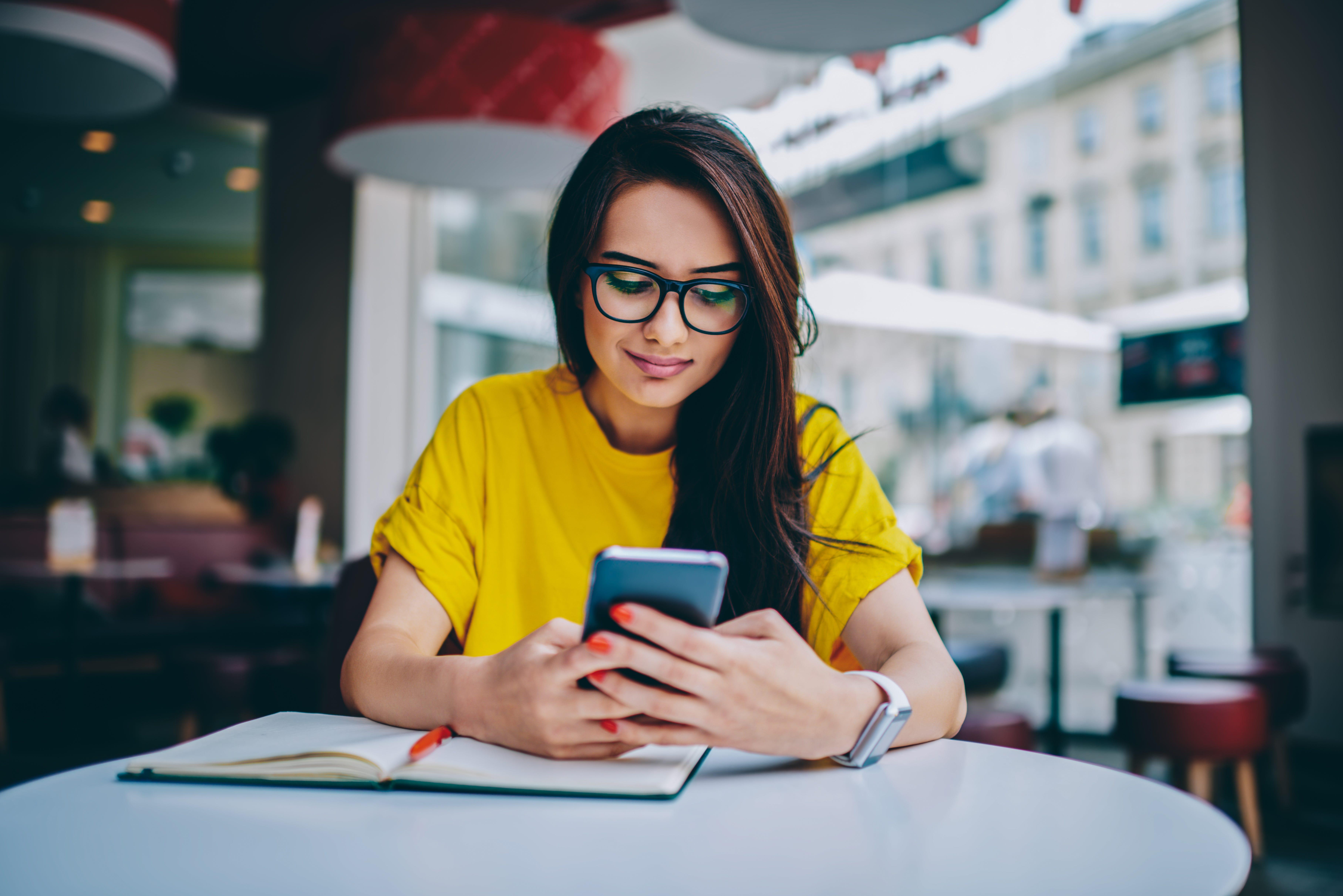 woman using smartphone 74ffddd2 f648 44c9 a8f1 fce25b51b05f.'