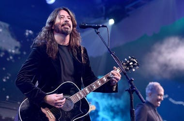 Dave Grohl performs at the 2018 Children's Hospital Los Angeles 'From Paris With Love' Gala