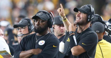 Sep 30, 2019; Pittsburgh, PA, USA; Injured Pittsburgh Steelers quarterback Ben Roethlisberger (right) looks on from the sidelines with head coach Mike Tomlin against the Cincinnati Bengals during the third quarter at Heinz Field.