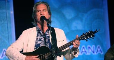 Avtor Jeff Bridges performs at the Annual SeaChange Summer Party To Benefit Oceana on September 10, 2010 in Laguna Beach, California.