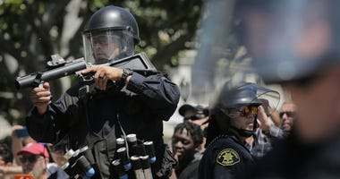 Police aims rubber bullet gun at protesters in Berkeley
