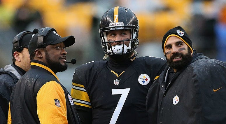 Head Coach Mike Tomlin speaks with Ben Roethlisberger #7 and Bruce Gradkowski #5 of the Pittsburgh Steelers