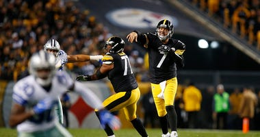 en Roethlisberger #7 of the Pittsburgh Steelers throws a pass in the second quarter during the game against the Dallas Cowboys at Heinz Field on November 13, 2016 in Pittsburgh, Pennsylvania.