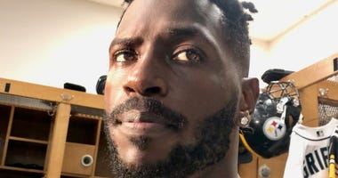 Antonio Brown talking in locker room in 2018