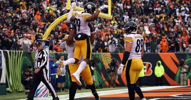 Pittsburgh Steelers celebrate scoring a two point conversion play