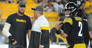 Injured Pittsburgh Steelers quarterback Ben Roethlisberger talks with offensive coordinator and quarterbacks coach Randy Fichtner as Mason Rudolph (2) warms up before playing the Cincinnati Bengals at...