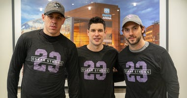 Penguins players wearing #OskarStrong shirts
