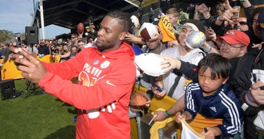 Bell with fans at Pro Bowl