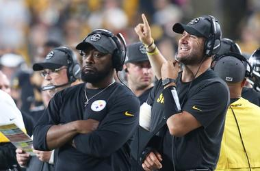 njured Pittsburgh Steelers quarterback Ben Roethlisberger (right) looks on from the sidelines with head coach Mike Tomlin against the Cincinnati Bengals during the third quarter at Heinz Field.