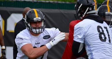 Steelers TE Vance McDonald works out with fellow TE Jesse James