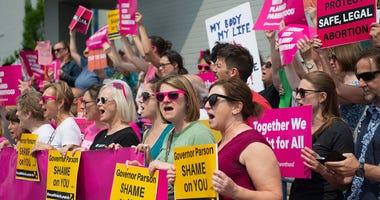 protestors outside planned parenthood st. louis