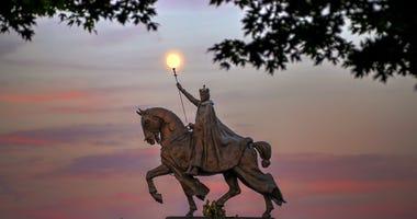 Saint Louis statue, Art Hill