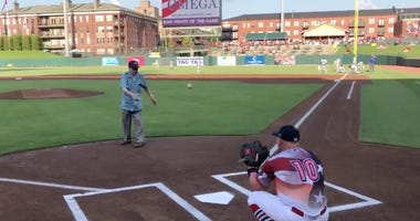 104 year old, WWII veteran, Frank Anderson, just threw out the first pitch at the ⁦Memphis Redbirds⁩ game.