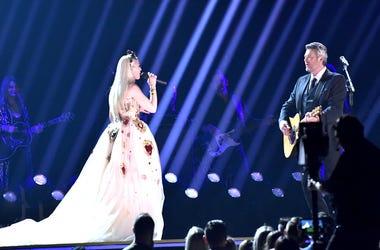 Blake Shelton and Gwen on stage