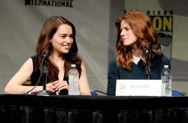 Emilia_Clarke_and_Rose_Leslie