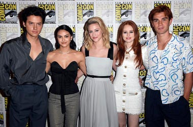 """SAN DIEGO, CALIFORNIA - JULY 21: (L-R) Cole Sprouse, Camila Mendes, Lili Reinhart, Madelaine Petsch, and K.J. Apa attend the """"Riverdale"""" Photo Call during 2019 Comic-Con International at Hilton Bayfront on July 21, 2019 in San Diego, California. (Photo by"""