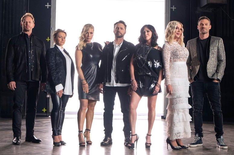 "Cast of ""BH: 90210"" - Ian Ziering, Gabrielle Carteris, Jennie Garth, Jason Priestley, Shannen Doherty, Tori Spelling and Brian Austin Green (Photo credit: Fox)"