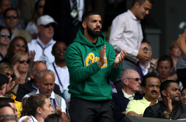 Drake on centre court watching Serena Williams