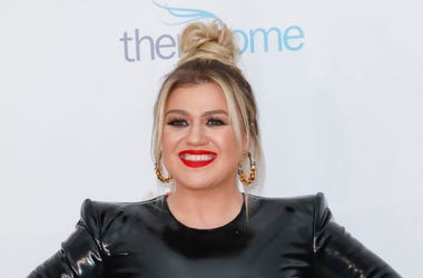 Kelly Clarkson attends the 2020 Hollywood Beauty Awards at The Taglyan Complex on February 06, 2020 in Los Angeles, California.