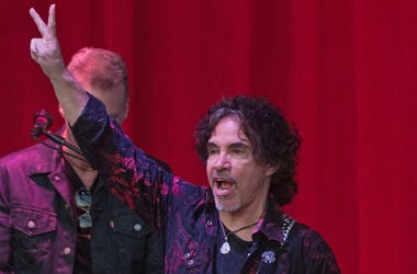 John Oates, Concert, Peace Sign, 2015