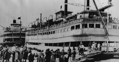 11th November 1964: Crowds waiting to board the stern-wheeled paddle boats 'Avalon' and behind it 'Delta Queen' at Louisville, Kentucky. (Photo by Fox Photos/Getty Images)