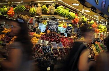 Mujer roba celular de puesto de fruta #LADYCELULAR