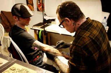 Obliga a su novio adolescente a tatuarse su nombre en el pene