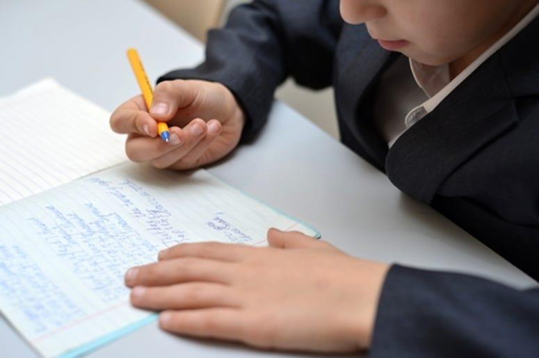 niño escribiendo carta