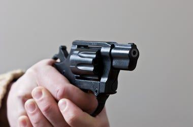 Una pareja paseando a su perro por la noche fue robada a punta de pistola.
