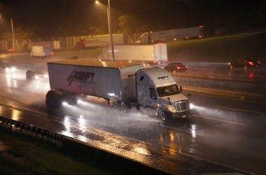 Camión De 18 Ruedas Cuelga De Puente En Dallas