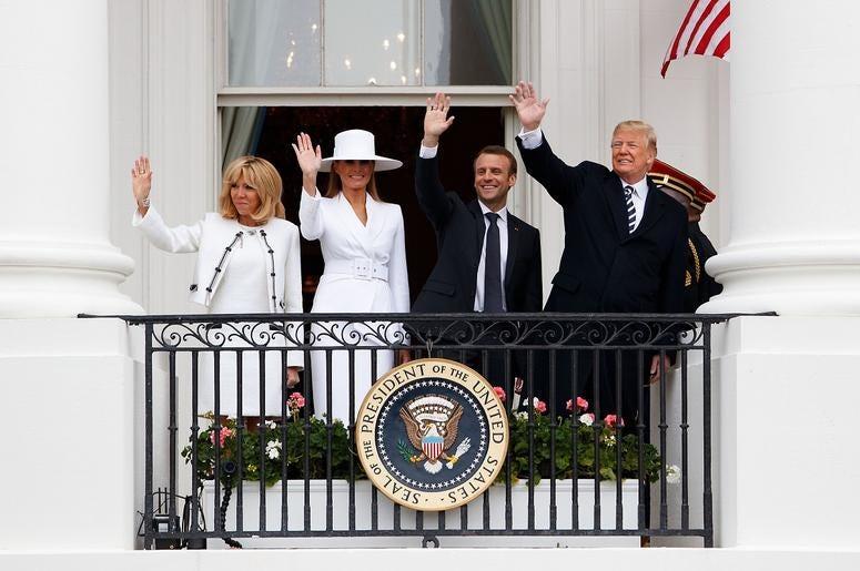 Melania Trump Se Reusa A Darle La Mano A Su Esposo