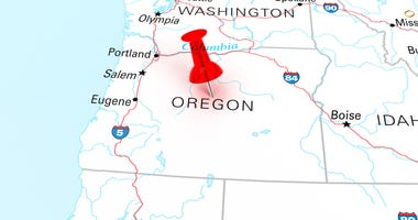Red thumbtack over Oregon state USA map