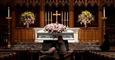 Mourners pause as former U.S. first lady Barbara Bush lies in repose