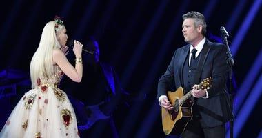 Blake Shelton performs with Gwen Stefani