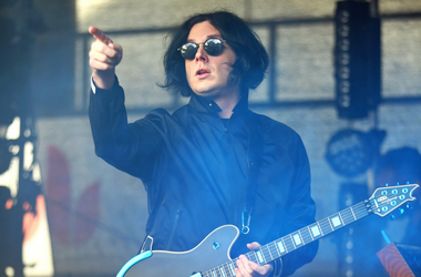 Jack White performing a free show in the courtyard of the historic George Inn pub