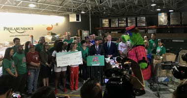 Citizens Bank presents Philabundance with a check for $40,000.
