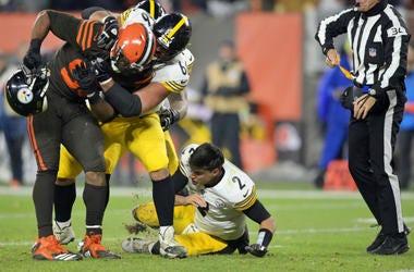 Cleveland Browns defensive end Myles Garrett (95) takes Pittsburgh Steelers quarterback Mason Rudolph's (2) helmet off.