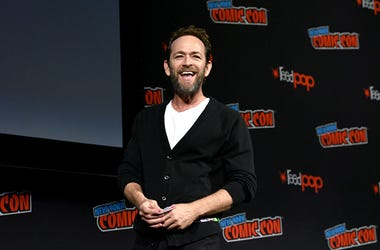 NEW YORK, NY - OCTOBER 07: Luke Perry speaks onstage at the Riverdale Sneak Peek and Q&A during New York Comic Con at The Hulu Theater at Madison Square Garden on October 7, 2018 in New York City. (Photo by Andrew Toth/Getty Images for New York Comic Con)