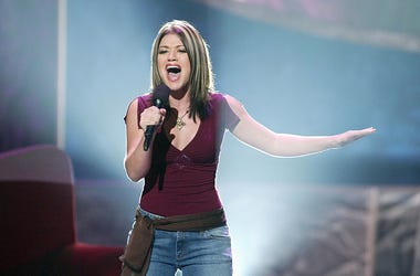 kelly clarkson on stage singing