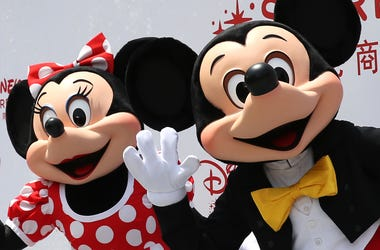 (150520) -- SHANGHAI, May 20, 2015 (Xinhua) -- Disney characters Mickey (R) and Minnie Mouse are seen during the opening ceremony for the Disney flagship store in Shanghai, east China, May 20, 2015. The store, occupying an area of 5,860 square meters in t