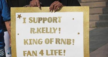 R. Kelly Fan showing support