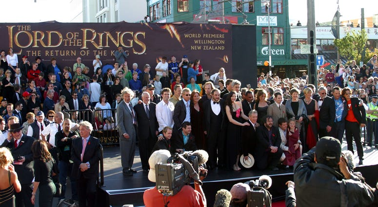 """Lord of the Rings stars and crew gather with New Zealand Prime Minister Helen Clark (5th-R, grey shawl) and Mayor of Wellington City Kerry Prendergast (4th-R, red shawl) during the world premiere of the film, """"Lord of the Rings - Return of the King"""""""