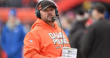 Freddie Kitchens calling plays for the Cleveland Browns during a game in 2018.
