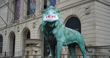 Art Institute of Chicago's lions wear masks to promote public health.