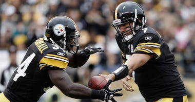 Ben Roethlisberger hands off to Rashard Mendenhall during a Pittsburgh Steelers game in 2011.