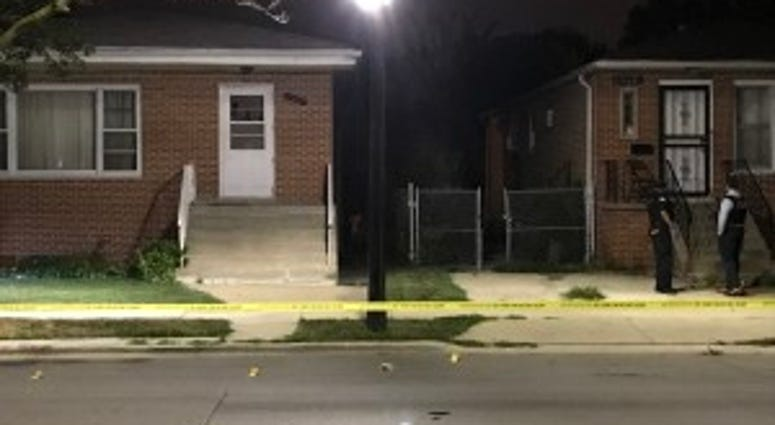 Police investigate a shooting early Sunday in the 11600 block of South Vincennes in Morgan Park, Chicago. | Tyler LaRiviere/Sun-Times