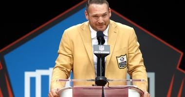Brian Urlacher gives his Hall of Fame speech.